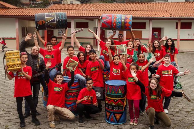 Alunos criam instrumentos com recicláveis e orquestra faz sucesso em Tubarão